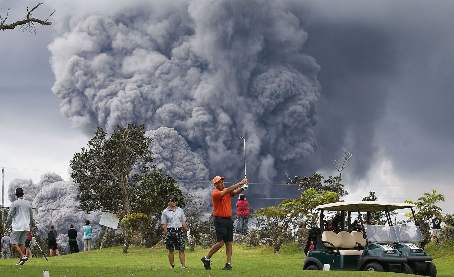 Kilauea Volcano erupts as people continue playing golf